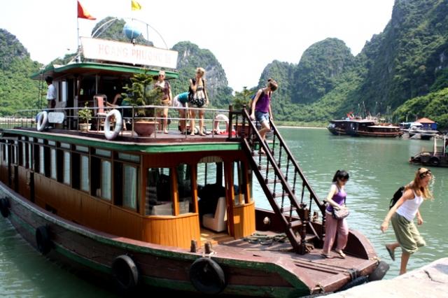 Halong bay 01 day tour boat650 640x480 - HALONG BAY SHORE EXCURSIONS